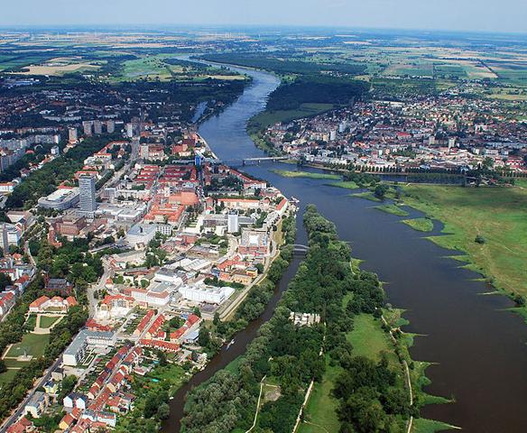 Kuva 3. Saksan ja Puolan välisellä rajalla on kolme kaksoiskaupunkia, jotka ovat syntyneet, kun Saksan ja Puolan välinen raja siirrettiin toisen maailmansodan jälkeen länteen Oder- ja Neisse-jokien kohdalle. Rajan siirron seurauksena Frankfurt an der Oderin yksi kaupunginosa jäi joen toiselle puolelle Puolaan, ja siitä muodostettiin Słubicen kaupunki. (Kuva: Wikicommons / Willi Wallroth)